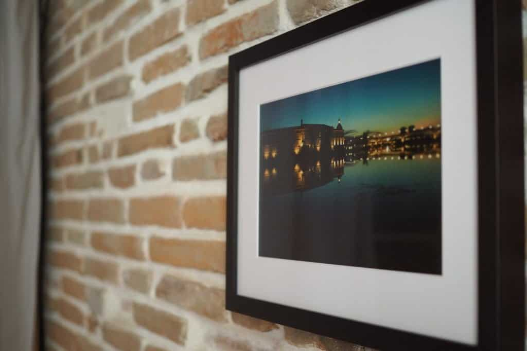 Des photographies originales ornent les murs de l'appartement